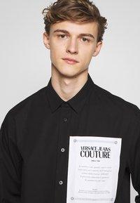 Versace Jeans Couture - LABEL LOGO  - Camicia - black - 3