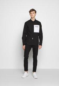 Versace Jeans Couture - LABEL LOGO  - Camicia - black - 1