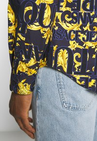 Versace Jeans Couture - ALLOVER PRINT - Skjorter - blue - 5