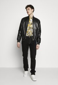 Versace Jeans Couture - ALLOVER PRINT - Skjorter - white - 1