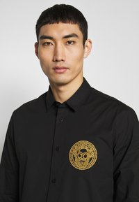 Versace Jeans Couture - PATCH NO 'BE BAROQUE' PATCH - Camicia - black - 3