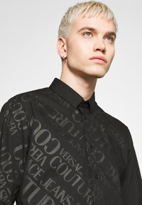 Versace Jeans Couture - TONAL LOGO PRINT - Camicia - black - 4