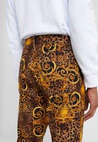 Versace Jeans Couture - PANTALONI UOMO - Kangashousut - gold - 3