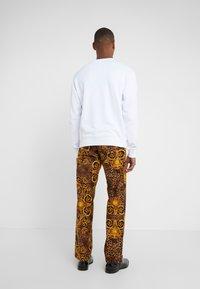 Versace Jeans Couture - PANTALONI UOMO - Kangashousut - gold - 2