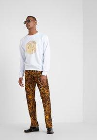 Versace Jeans Couture - PANTALONI UOMO - Kangashousut - gold - 1