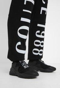Versace Jeans Couture - JOGGERS - Pantalon de survêtement - black - 3