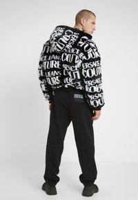 Versace Jeans Couture - JOGGERS - Pantalon de survêtement - black - 2