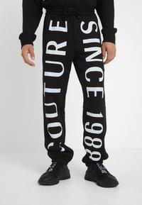 Versace Jeans Couture - JOGGERS - Pantalon de survêtement - black - 0