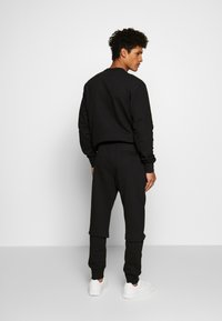 Versace Jeans Couture - BE BAROQUE PATCH - Jogginghose - black - 2