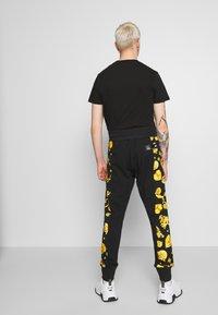 Versace Jeans Couture - JOGGERS GIOIELLI SIDE STRIPE - Pantaloni sportivi - black - 2