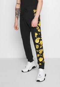 Versace Jeans Couture - JOGGERS GIOIELLI SIDE STRIPE - Pantaloni sportivi - black - 0