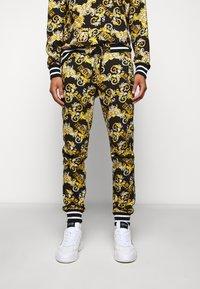 Versace Jeans Couture - FLEECE NEW LOGO - Trainingsbroek - nero - 0