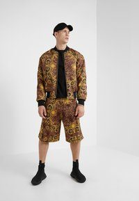 Versace Jeans Couture - PANTALONI CORTI - Short - gold - 1