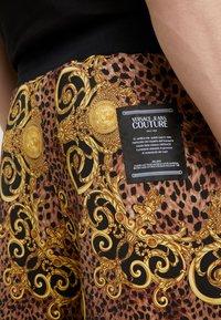 Versace Jeans Couture - PANTALONI CORTI - Short - gold - 4