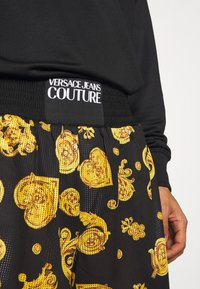 Versace Jeans Couture - FRONT LOGO GIOIELLI PRINT - Shorts - black - 4