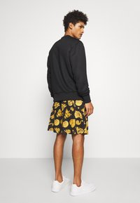 Versace Jeans Couture - FRONT LOGO GIOIELLI PRINT - Shorts - black - 2