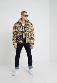 Versace Jeans Couture - PANTALONI UOMO - Vaqueros slim fit - indigo - 1