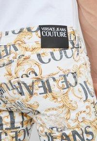 Versace Jeans Couture - ALLOVER  - Džíny Slim Fit - white - 6