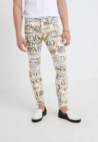Versace Jeans Couture - ALLOVER  - Džíny Slim Fit - white - 0