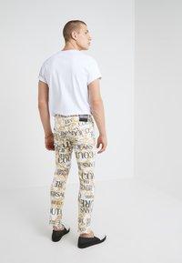 Versace Jeans Couture - ALLOVER  - Džíny Slim Fit - white - 2
