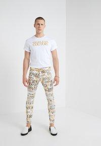Versace Jeans Couture - ALLOVER  - Džíny Slim Fit - white - 1