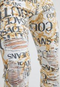 Versace Jeans Couture - ALLOVER  - Džíny Slim Fit - white - 3