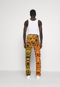 Versace Jeans Couture - MILANO ALLOVER PRINT - Džíny Slim Fit - red - 2