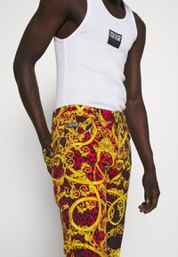 Versace Jeans Couture - MILANO ALLOVER PRINT - Džíny Slim Fit - red - 3