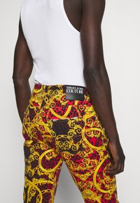Versace Jeans Couture - MILANO ALLOVER PRINT - Džíny Slim Fit - red - 4