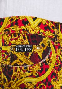 Versace Jeans Couture - MILANO ALLOVER PRINT - Džíny Slim Fit - red - 8