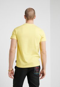 Versace Jeans Couture - MAGLIETTE - Print T-shirt - yellow - 2