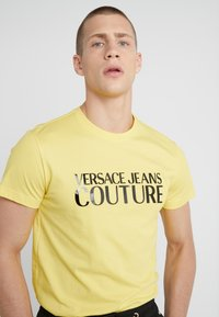 Versace Jeans Couture - MAGLIETTE - T-Shirt print - yellow - 4