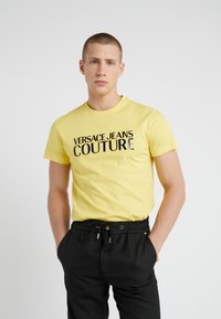 Versace Jeans Couture - MAGLIETTE - T-Shirt print - yellow - 0