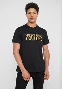 Versace Jeans Couture - MAGLIETTE UOMO - T-shirt z nadrukiem - nero - 0