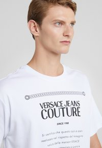 Versace Jeans Couture - MAGLIETTE  - T-shirts med print - bianco ottico - 3