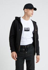 Versace Jeans Couture - MAGLIETTE UOMO - Triko spotiskem - bianco ottico - 1