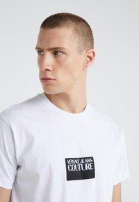 Versace Jeans Couture - MAGLIETTE UOMO - Triko spotiskem - bianco ottico - 4