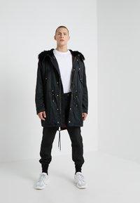 Versace Jeans Couture - MAGLIETTE  - Triko spotiskem - bianco ottico - 1