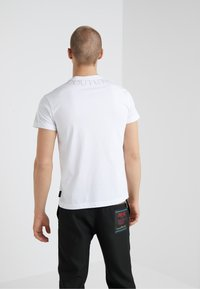 Versace Jeans Couture - MAGLIETTE  - T-shirts med print - bianco ottico - 2