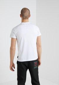 Versace Jeans Couture - MAGLIETTE  - Triko spotiskem - bianco ottico - 2