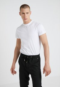Versace Jeans Couture - MAGLIETTE  - T-shirts med print - bianco ottico - 0