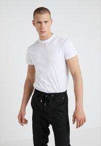 Versace Jeans Couture - MAGLIETTE  - Triko spotiskem - bianco ottico - 0
