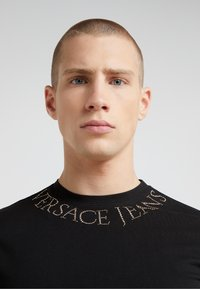 Versace Jeans Couture - MAGLIETTE  - Print T-shirt - nero - 4