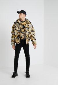 Versace Jeans Couture - MAGLIETTE UOMO - T-shirt imprimé - nero - 1