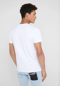 Versace Jeans Couture - MAGLIETTE UOMO - Jednoduché triko - bianco ottico - 2