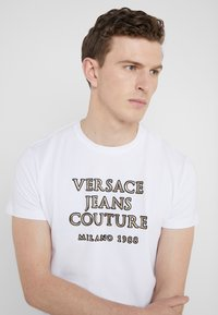 Versace Jeans Couture - MAGLIETTE UOMO - T-shirts med print - bianco ottico - 3