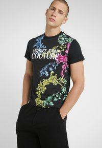 Versace Jeans Couture - T-shirt med print - black - 0