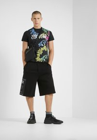 Versace Jeans Couture - T-shirt med print - black - 1