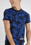 Versace Jeans Couture - BAROQUE - Print T-shirt - black/blue