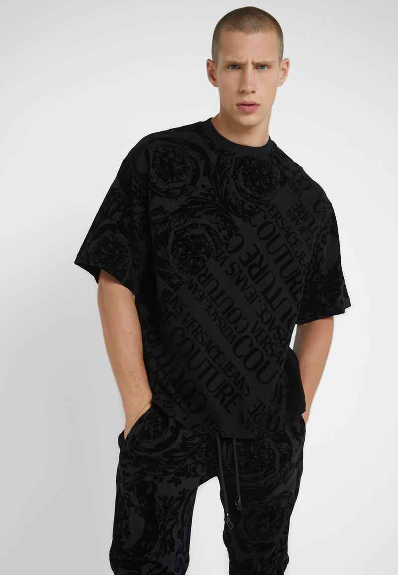 Versace Jeans Couture - BAROQUE  - T-shirt z nadrukiem - black